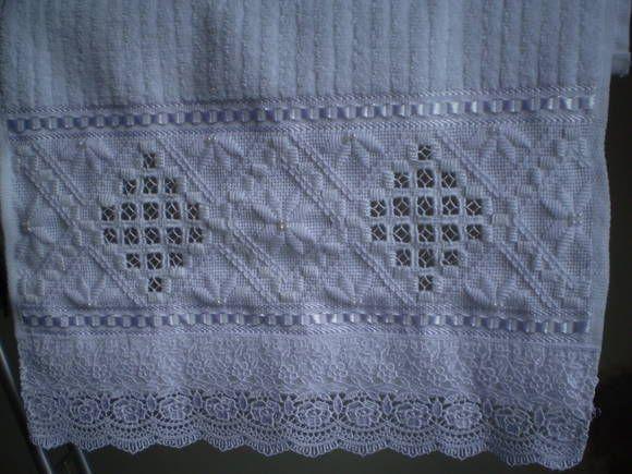 Marca; karsten,100% algodão Medida:33x50 Cor branca(canelada) Trabalho:Hardanger ponto reto e pérola. R$ 45,00