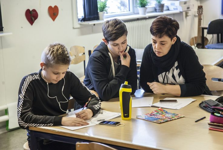 Undervisning. Sparkær Skole har gode erfaringer med at droppe noget af tavleundervisningen, og lade eleverne arbejde selvstændigt med at nå det aftalte skolearbejde hen over ugen.