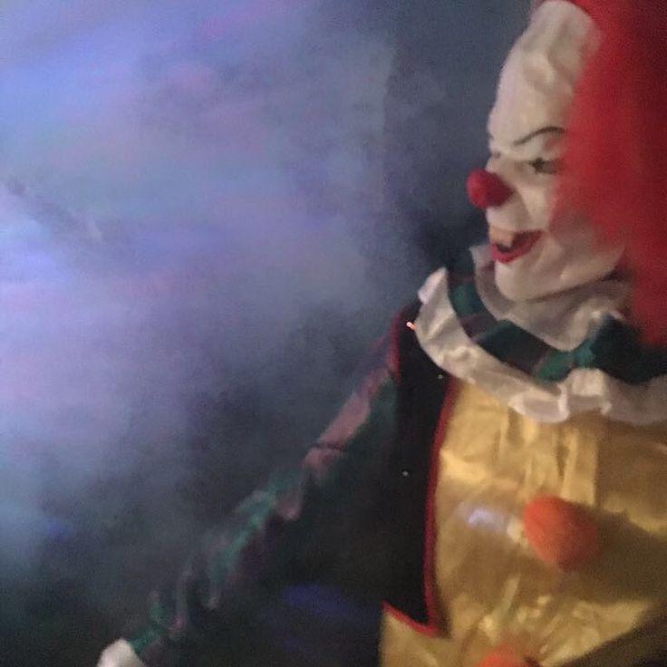 Jugendliche erschrecken. Habe doch die beste Arbeit.  #pennywise #es #film #clown #horrorclown #horror #nebel #halloween #halloweencostume #babysitting #job