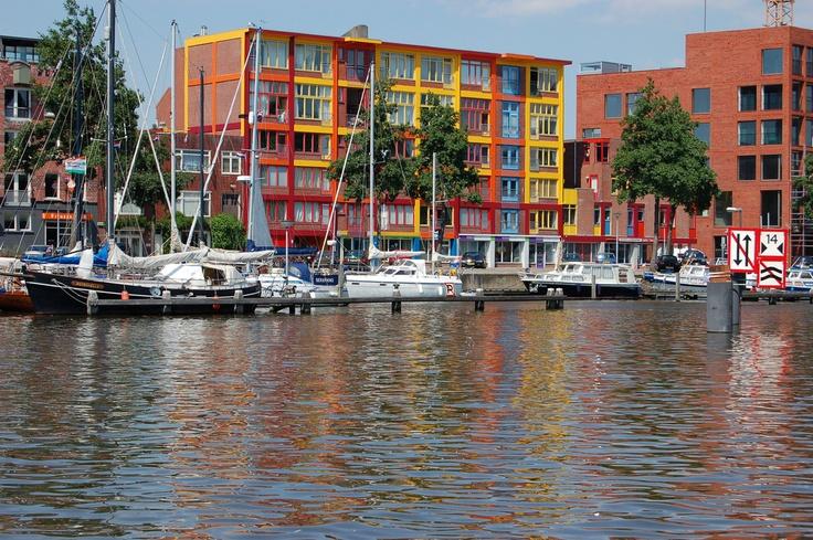 Oud pakhuis aan de Oosterhaven, Groningen, verbouwd tot appartementencomplex.