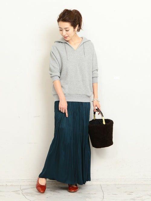 WEB店舗限定のスウェットプルオーバーに、プリーツがエレガントなマキシ丈スカートを添えた大人のカジュアルミックススタイル。 足元に秋らしいカラーをセットして深みのある印象に。