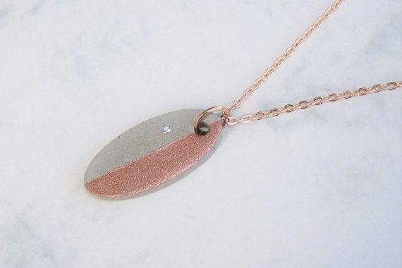 Een mooie ovalen hanger sieraden cement, verfijnd met een verzonken glas kristal (doorzichtig) en metallic lak in Rosé goud. De verf ziet er bijna als echte plaatwerk, ik hou van deze verf. Zult verrast zijn door haar shimmer! :)  De kleine betonnen trailer is een stuk van juwelen die past bij bijna elke outfit met zijn sprankelende kristal en de glinsterende metallic lak.  De hanger is aangesloten op een roze keten die is beveiligd met een kreeft sluiting.  Selecteer de gewenste ketenlengte…