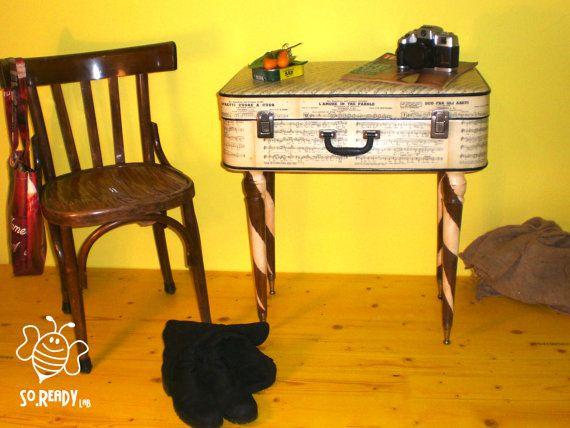 Tavolino da caffè con valigia vintage, rivestita di spartiti musicali. #soreadystyle #Tavolino #Comodino #Valigia #musica #spartiti #upcycle #ecodesign #recycle - di So.Ready Lab - soreadylab.etsy.com