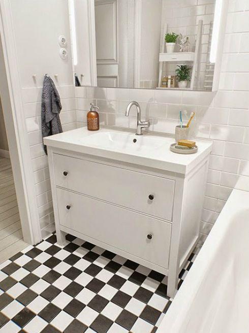 Taka umywalka — białe łazienkowe meble z IKEA w aranżacji skandynawskiej łazienki.