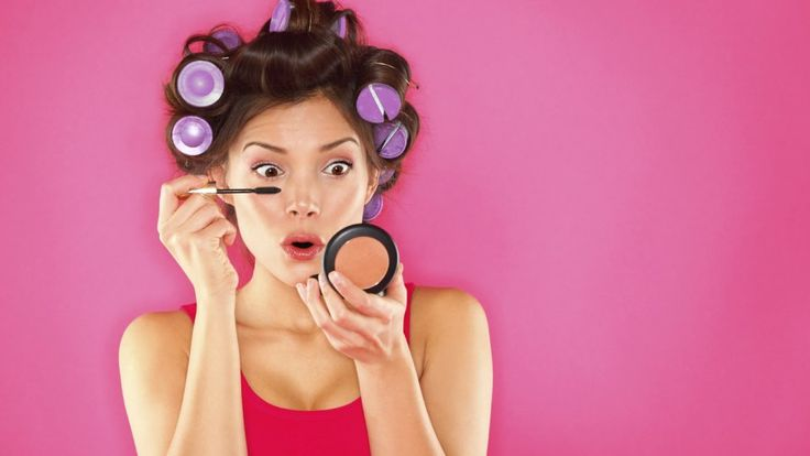 Lange, geschwungene und tiefschwarze Wimpern – davon träumt jede Frau. Mit diesen Tricks gelingt Ihnen der perfekte Augenaufschlag!    Mit den richtigen Tricks wirken alle Wimpern voll und lang.