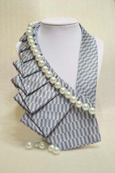 Eine neue Torsion auf die alte Krawatte! :)  Die oben aus-Krawatten machen eine gewagte Aussage und Ihrer täglichen Garderobe ein wenig Pep! hinzufügen. Probieren Sie es mit der klassischen weißen Tee & Jeans, farbigen jeder Tank-Tops, Kragen Hemden und sogar Freizeit-Kleider. Es wird sicher Eindruck machen! Es befestigt mit Klettband für einfache Verschleiß und Entfernung.    Die gute Nachricht ist, dass keine zwei Krawatten sind gleich, also sofort der Gedanke an Sie zu Fuß in ein Ereignis…