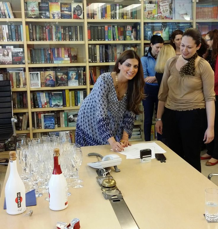 Έχουμε τη χαρά να υποδεχόμαστε στο συγγραφικό μας δυναμικό την Σταματίνα Τσιμτσιλή! Στην φωτογραφία υπογράφει το συμβόλαιό της στα γραφεία μας!