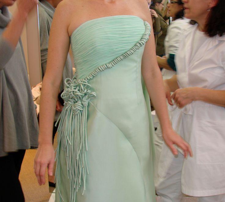 Vestido sob medida - ateliê Esther Bauman/Acquastudio  Detalhe de aplicação de roletês em vestido verde tomara que caia.