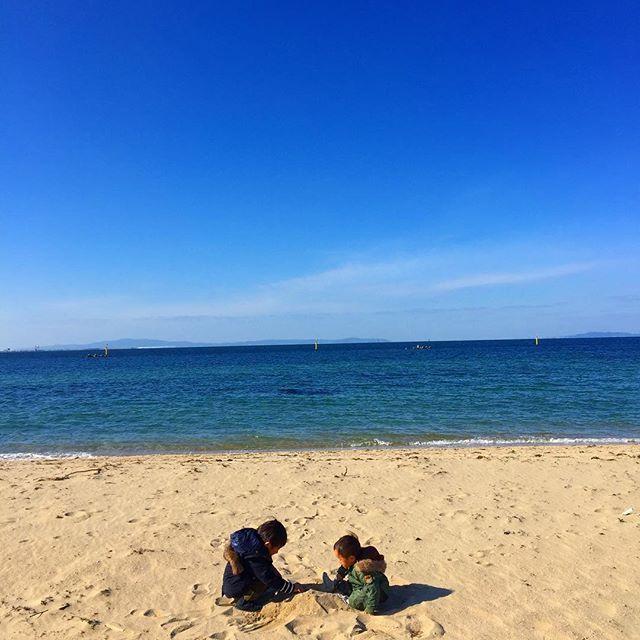 【f.marie.tkth】さんのInstagramをピンしています。 《大きい砂場。笑 ちゃんと砂場セット持参。笑 風なくて過ごしやすかった!! そして人もいない... 冬に海なんて誰も来ないのね... . . . #息子#親バカ#風景#空#海#ビーチ#男の子#景色#おやつ#ファッション#ランチ#ママリ#コドモノ#ママカメラ #nature#fashion#boy#blue#view#yummy#sea#sky#love#Instagood#brothers#beach#l4l#ig_oyabakabu#lunch#OOTD》