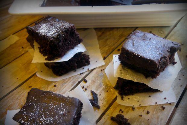 Γίνεται σοκολατένιο κέικ χωρίς αυγά και γάλα; Γίνεται, γίνεται! Κι είναι και πολύ νόστιμο, παρακαλώ.