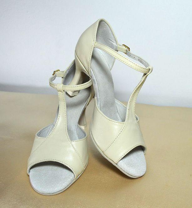 Svatební sandálky ecru - krémová, šampaň pravá kůže. Svadobné sandálky krémová - ecru pravá koža podľa návrhu klientky. Tanečné svadobné sandálky Veronique. svatební obuv, společenksá obuv, spoločenské topánky, topánky pre družičky, svadobné topánky, svadobná obuv, obuv na mieru, topánky podľa vlastného návrhu, pohodlné svatební boty, svatební lodičky, svatební boty se zdobením,topánky pre nevestu, krémové svadobné topánky, krémové svatební boty