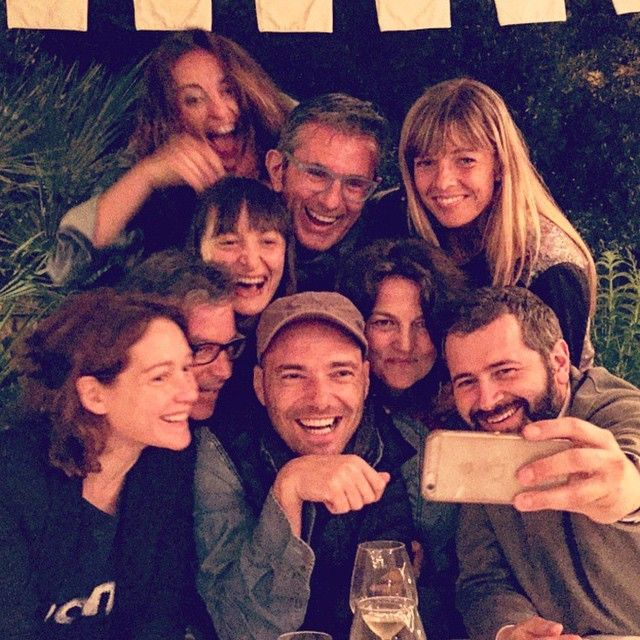 #AndreaPezzi Andrea Pezzi: Amici a cena... Gente che ride serve sempre al mondo. @cristianacapotondi @decancora @vincenova @daniela_ferolla e altri... Che su Instagram non sono...