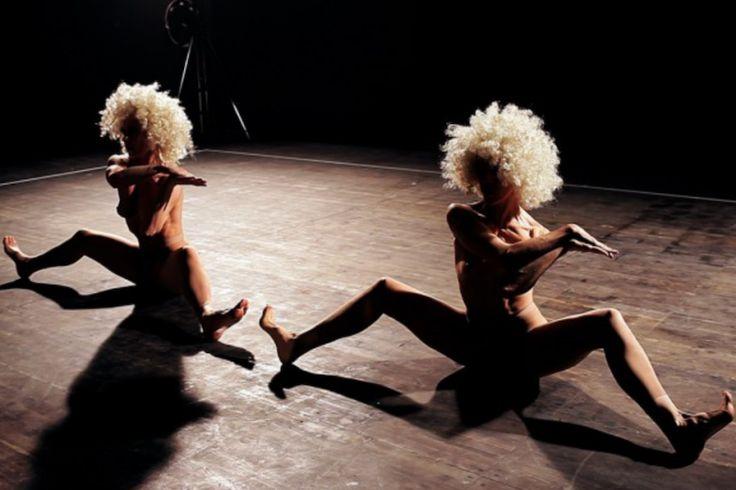 #Sexxx: il film di Davide Ferrario porta al cinema il balletto di Matteo Levaggi: una pellicola ipnotica dove i corpi nudi giocano con i movimenti del set. Madonna, di passaggio a Torino, se n'è fatta regalare una copia.