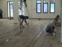 Memasang Lantai Kayu Projek PT. Len Industry – Parquet Surabaya