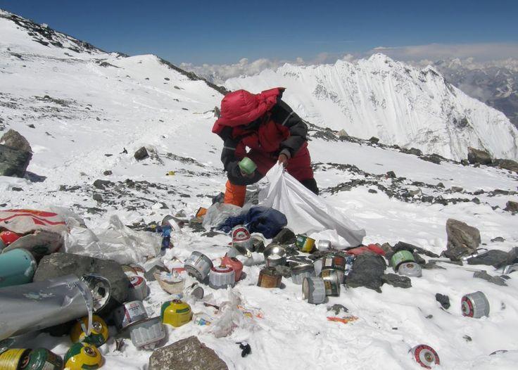 A Mount Everestet is az ember szemete borítja.  Forrás: http://www.nlcafe.hu/foto/20140422/fold-napja/