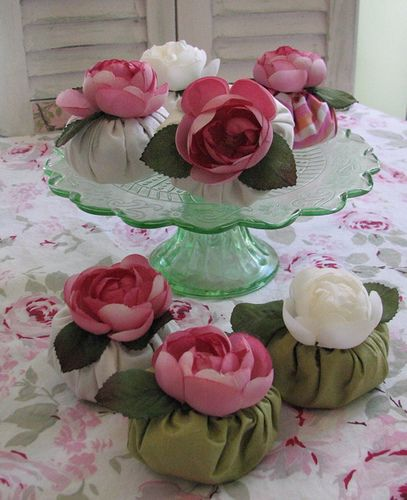 Y si son pasteles ,,,con tela de fondant,, y Rosas de azucar.....???????