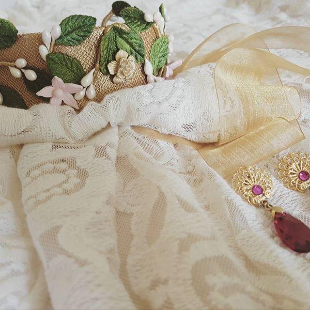 Hoy nos vamos de #bodaibicenca 🎩💍👰 #BeToscana #Toscanatocados  #tocados #bodas #photography #photooftheday #invitadas #diseños #handmade #hechoamano #fashionistas #complementos #bodas #deboda #weddingtime #invitadaperfecta #invitadaboda #lookinvitada #look #ootd #instafashion #inspo #goodnight #coronasflores #coronas #pamelas