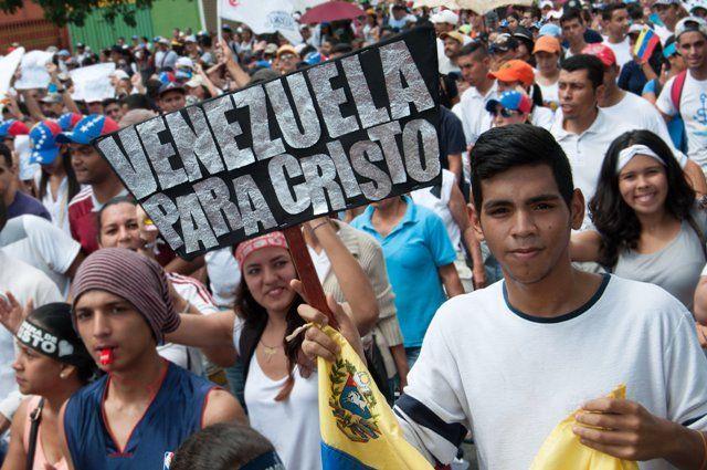 Con la firme convicción de que lo que está escrito en la Biblia es verdad, miles de venezolanos evangélicos marcharon para Jesús. Los participantes llevaban