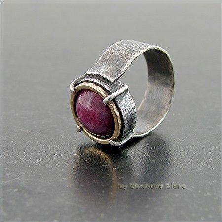 Лаконичное кольцо с корундом.