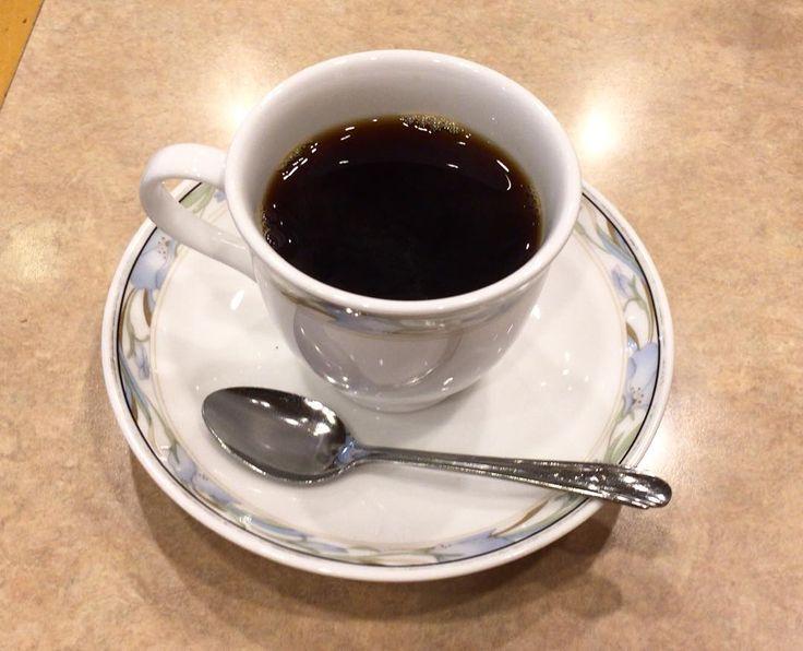 TEA ROOM APOLLO これから新横浜へ 1年ぶりに会う後輩へ遅まきの結婚祝いを思いつつ何にするか悩み中 ご祝儀渡すタイミングじゃないのでお菓子かな結婚祝いのお菓子ってバームクーヘン 大丸をのぞいてみます (ティールームなのに反射的にコーヒー頼んでしまいました) #tearoomapollo #ティールームアポロ #coffee #コーヒー