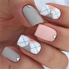 Ongles au fini mat, de couleur gris, rose et blanc avec une touche de diamant.