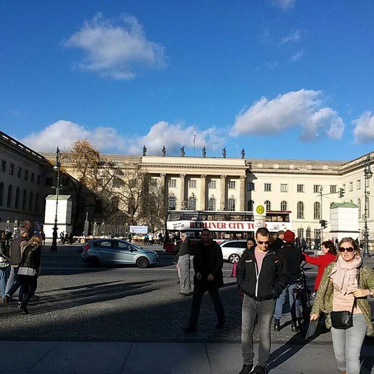 날씨 좋은 날 훔볼트 대학 앞에서...  이제는 겨울이라서 이런 날씨를 기대하기는 힘들겠지....만... #리얼트립베를린 #베를린여행 #독일여행 #독일어디까지가봤니 #유럽어디까지가봤니 #베를린 #독일 #훔볼트대학