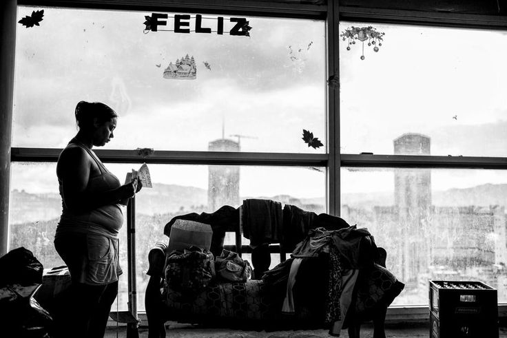 Um lugar chamado lar.  Caracas, Venezuela. A Torre de David, maior favela residencial do mundo, em Caracas, despede-se do último de seus moradores, que estão sendo realocados para habitação subsidiada pelo Estado, na periferia da cidade.  Fotografia: Alejandro Cegarra / Al Jazeera.
