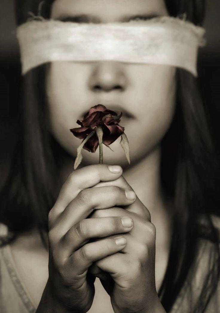 (…) espero tu sonrisa y espero tu fragancia por encima de todo, del tiempo y la distancia…( I hope your smile and hope your fragrance above all, the time and distance).  José Angel Buesa.