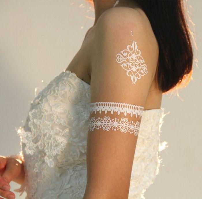 tattoo muster weiße deko elemente auf arm und schulter weiße tattoos für braute weißes kleid