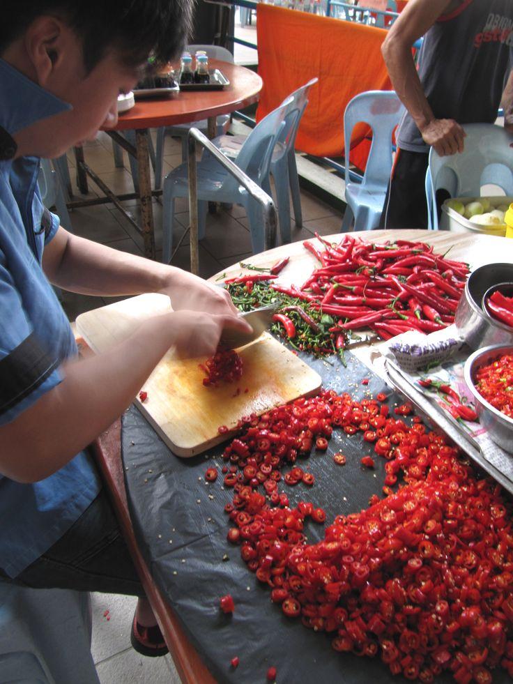Cortando chiles en Cuching, Borneo