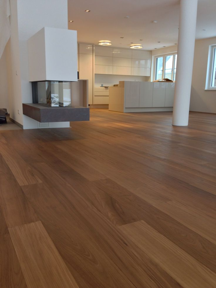 Projekt 1160 Wien, ultimaPARKETT/ ultimaPARQUET, Diele echtes Teak Holz; Dimension: 1800-2400x180x15mm, weiße Sesselleisten, Küche Modern hellgrau. www.ultima.at