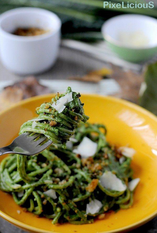 Spaghetti alla Chitarra con Pesto di Cavolo Nero, Briciole di Pane alla Cipolla e Scaglie di Pecorino di Fossa #calendargirls di PixeLiciouS  #cavoli