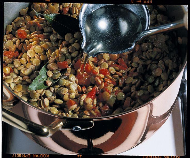 Le lenticchie sono tra i legumi più nutrienti. Scopri con Sale&Pepe come cucinarle affinché siano tenere e non perdano il loro valore nutritivo.