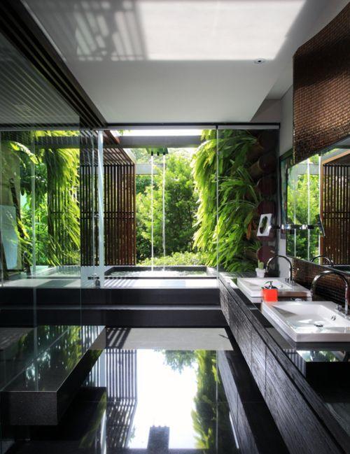 Schwarzes Badezimmer mit grünem Außenleben
