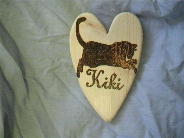 cuore in legno di abete sagomato artigianalmente e pirografato con nome e sagoma .  circa 15cm x 8cm
