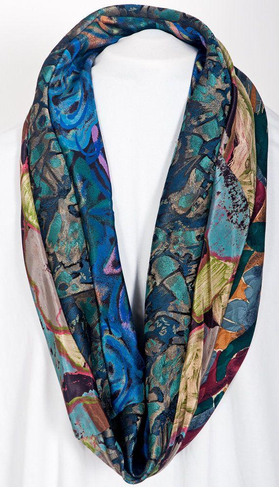Handgemaakte oneindigheid sjaal/cowl in mooie peacock tinten. Dit item werd handgemaakt in Londen met behulp van upcycled zijde en de zijde mix mannen stropdassen. Kunnen worden gedragen als een oneindig lange sjaal of verdubbeld als een kap. Draai de sjaal op verschillende manieren aan verschillende kanten van de functie van de gecoördineerde banden met abstracte patronen! De banden hebben witgewassen geweest voor de oprichting, en wassen van de handen is geadviseerd.