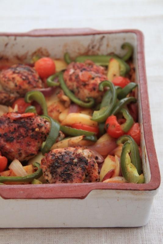 Dietetyczna zapiekanka po hiszpańsku z kurczakiem, warzywami i chorizo