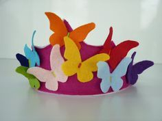 Corona de mariposas de fieltro. Felt crown of butterflies.