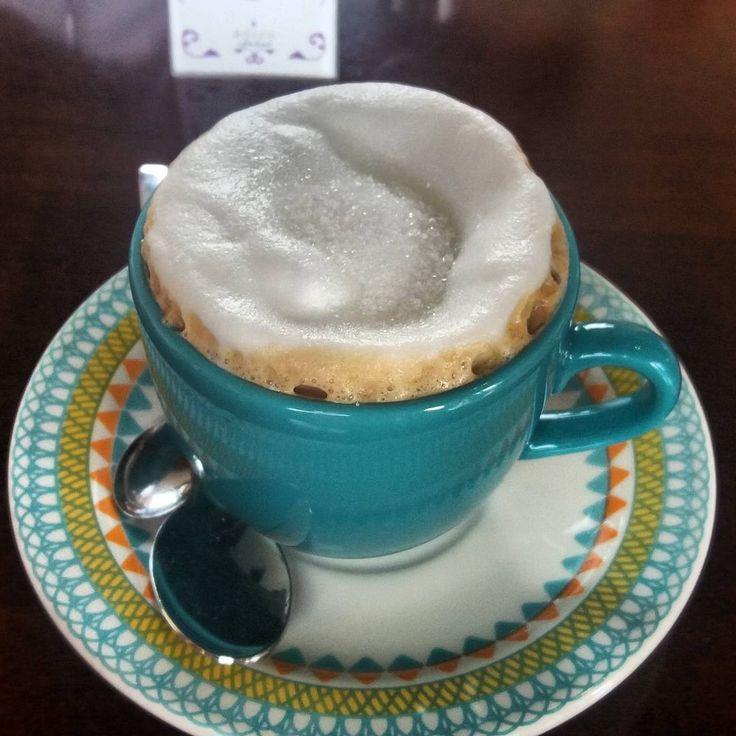 Depois do turismo de aventura, que tal uma pausa para o café e recarregar as energias? Foi isso que fizemos em Brotas.  ▫  Tem post sobre esse cafeteria linda na rua mais movimentada da cidade.  👉http://embarcandonaaventura.com/saborosas-aventuras/adoro-cafe-e-bistro-brotas-sp/  ▫  Foto:@danifsb  ▫  #cafeteria #coffeelovers #cafécomleite #instafood #xícaralinda #brotas #interior #sp #brasil