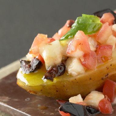 Aardappel in de schil met tomaat, mozzarella en zwarte olijven