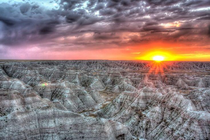 14 サウスダコタ州のバッドランド国立公園。バッドランドは242000エーカー以上の素晴らしい土地で構成されています。 これぞ世界の秘境26選!どうやって行くかもわからない絶景