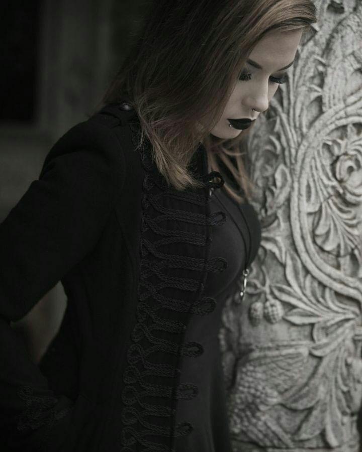 Nina Fae Giliath No silêncio de cinzas do meu Ser Agita-se uma sombra de cipreste, Sombra roubada ao livro que ando a ler, A es...