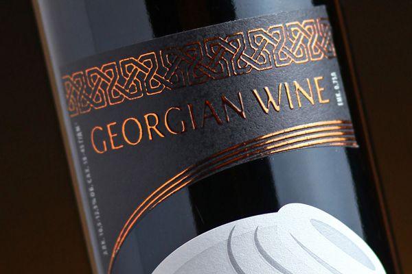 Изображение квеври стало ключевым элементом в оформлении этикеток для серии Грузинских вин. Дизайн подчеркивает колоритность, характерность и приверженность страны производителя - национальным традициям. По своему шрифтовому наполнению этикетка достаточно лаконична. Здесь играет такое понятие в дизайне, как «форм-фактор» - влияние формы, которой отведена определенная роль при выборе продукта покупателем, из всего представленного многообразия «винного сегмента».