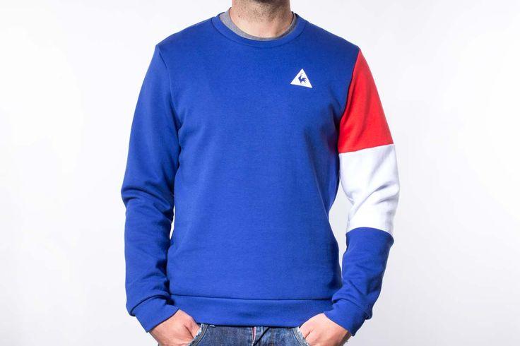 Sudadera Le Coq Sportif para hombre de la colección Tricolore. De algodón 85%, esta sudadera LCS presenta un diseño asimétrico, con todo el cuerpo de color azul eléctrico salvo la manga izquierda, estampada con los tres colores de la marca francesa: rojo, blanco y azul.
