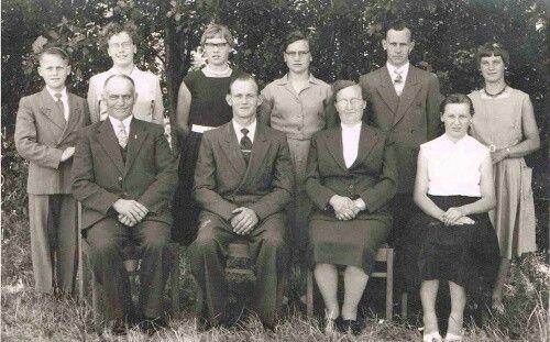 gezin Boots – van de Berkmortel eind 1959, met van links naar rechts: voorste rij vader Piet, Theo, moeder Nel en Jo; achterste rij Pierre, Annie, Gerda, Mariet (Zus), Harrie en Nel.Foto beschikbaar gesteld door Annie van Someren-Boots.