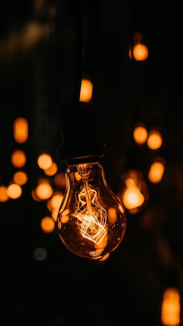 Скачать 720x1280 лампочка, темный, свечение, электричество ...