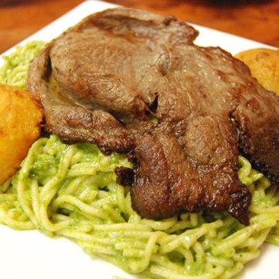 tallarines verdePeruvian Cuisine, Peruvian Verde Tallarines, Peruvian Food, Green With, Peruvian Pasta, With Pesto, Peruvian Recipe, Delicious Food, Con Bistec