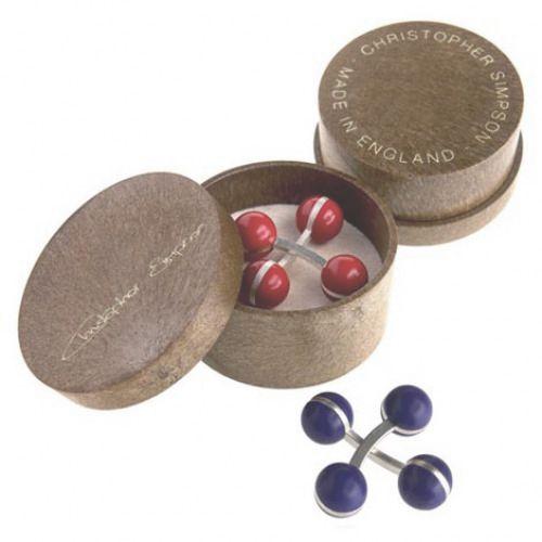 En Viloop puedes adquirir los gemelos Christopher Simpson, diseños únicos, contemporáneos y que ofrecen diversión y color a los que los usan todos los días. Son fabricados por artesanos que crean un producto de calidad y distinción. Actualmente se venden en las principales tiendas de Londres como Harrods, Selfridges y Asprey. Las bolas están hechas de nylon y la barra de unión de bronce con un baño plateado. Y lo mejor es que ¡¡son muy fáciles de poner!!