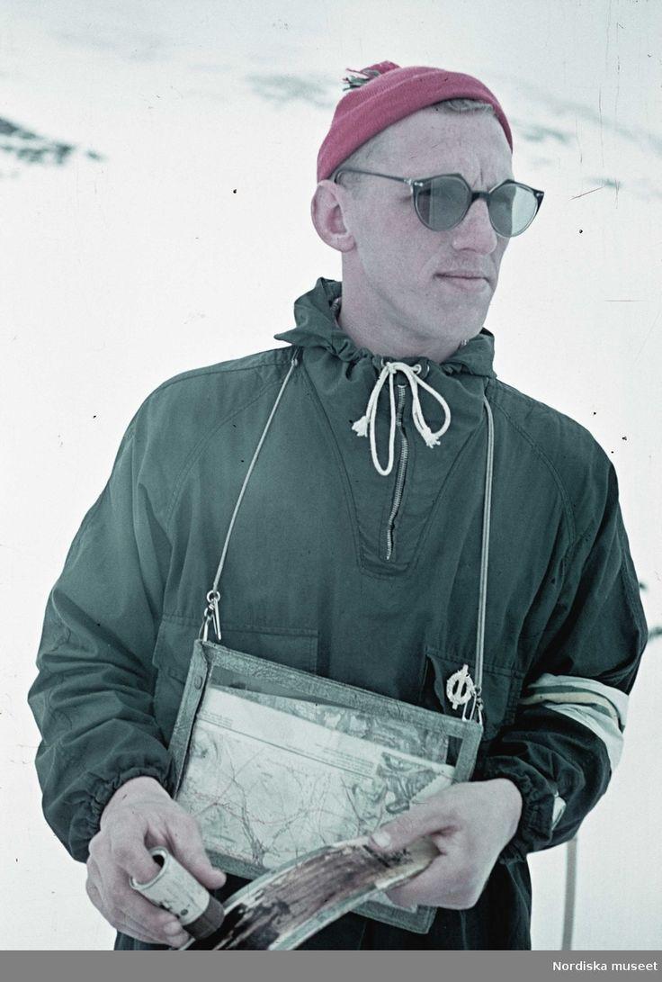 Skidåkning, 1941. En man med en karta i fodral runt halsen. Fotograf: Gunnar Lundh