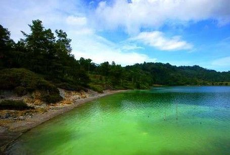 Danau Tiga Warna Ternyata Bukan Cuma Kelimutu - http://darwinchai.com/traveling/danau-tiga-warna-ternyata-bukan-cuma-kelimutu/